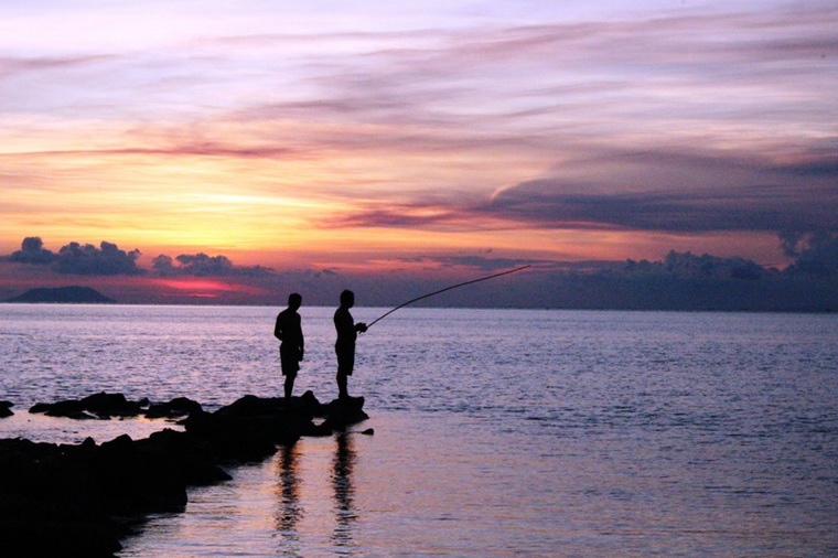 Visitors are fishing on the Island - Photo: Hong Tam