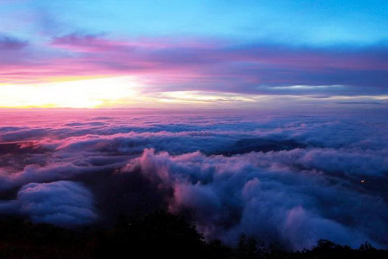 The picturesque scenery of heaven-like Ba Den at dawn - Photo: Ờ! Phượt Đi! group