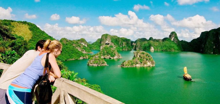 The picturesque beauty of Halong Bay enchants tourists from all over the world - Photo: Internet