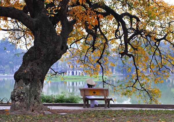 Try to relax and enjoy the beauty of Hoan Kiem Lake in Hanoi - Photo: Internet
