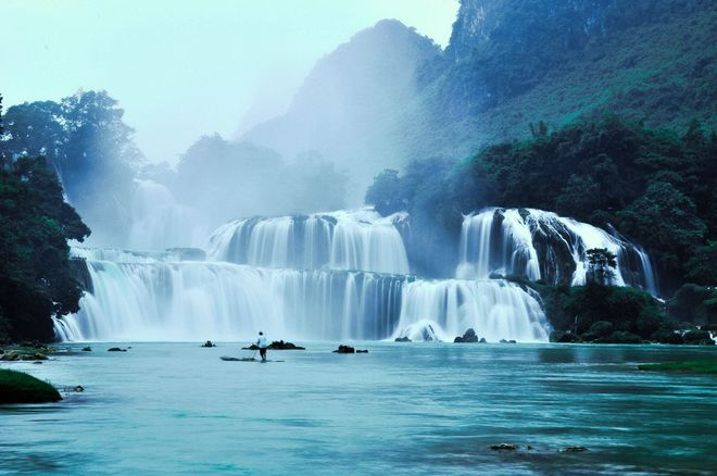 Ban Gioc Waterfall looms the the mountain - Photo: Internet