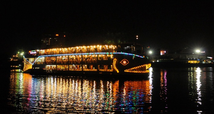 Ben Nghe Cruise Ship will help you having a trip on the river and feel the night in the urban - Photo: Internet