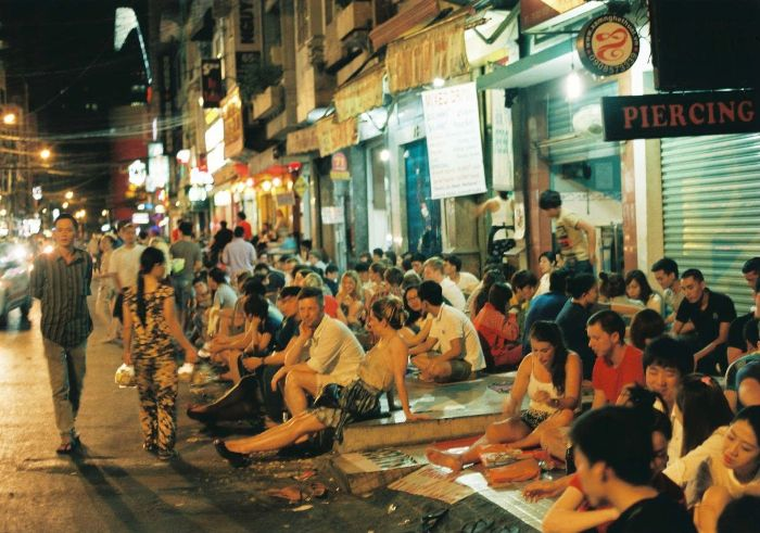 The street of the West, District 1 is as late as boisterous and you can sit on the pavement or even the roadway here - Photo: Internet