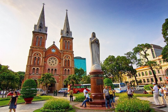 Saigon Notre Dame Cathedral attracts numerous of people to visit - Photo: internet