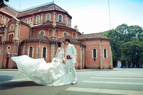 Saigon Notre Dame Cathedral has become an ideal place to take wedding photos - Photo: Internet