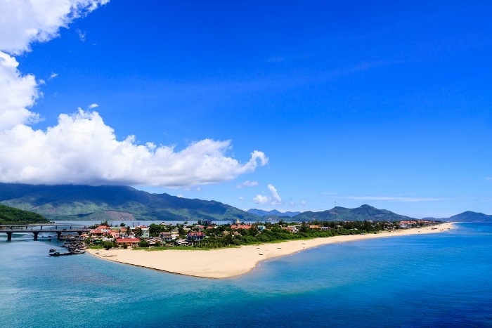 Lang Co Beach is famous for the best beach of Vietnam and is recognized as a beautiful bay of the world - Photo: Internet