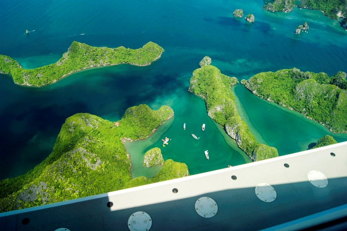 Halong bay is more majestic when looking from the seaplane - Photo: Internet