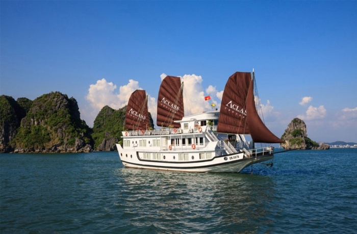 Take part in Halong bay cruise tour, tourists will experience of sleeping at night on cruiser - Photo: Internet