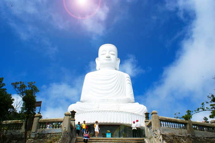 The tired feeling seems to disappear when contemplating the statue of Buddhist Shakyamuni which is one of the biggest Buddhist statue in Asia - Photo: Internet