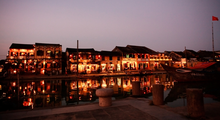At night, Hoi An Ancient Town is illuminated with Chinese lanterns which make the air very warm and clinging - Photo: Internet