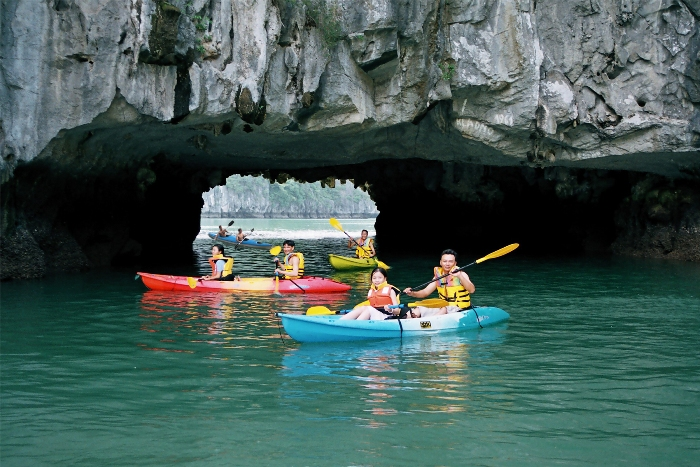 Going kayaking on Ha Long Bay to enjoy every corners of majestic caves - Photo: Internet