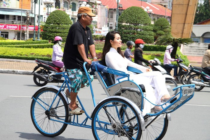 Sitting on a cyclo watching the street will bring you special emotions - Photo: Internet