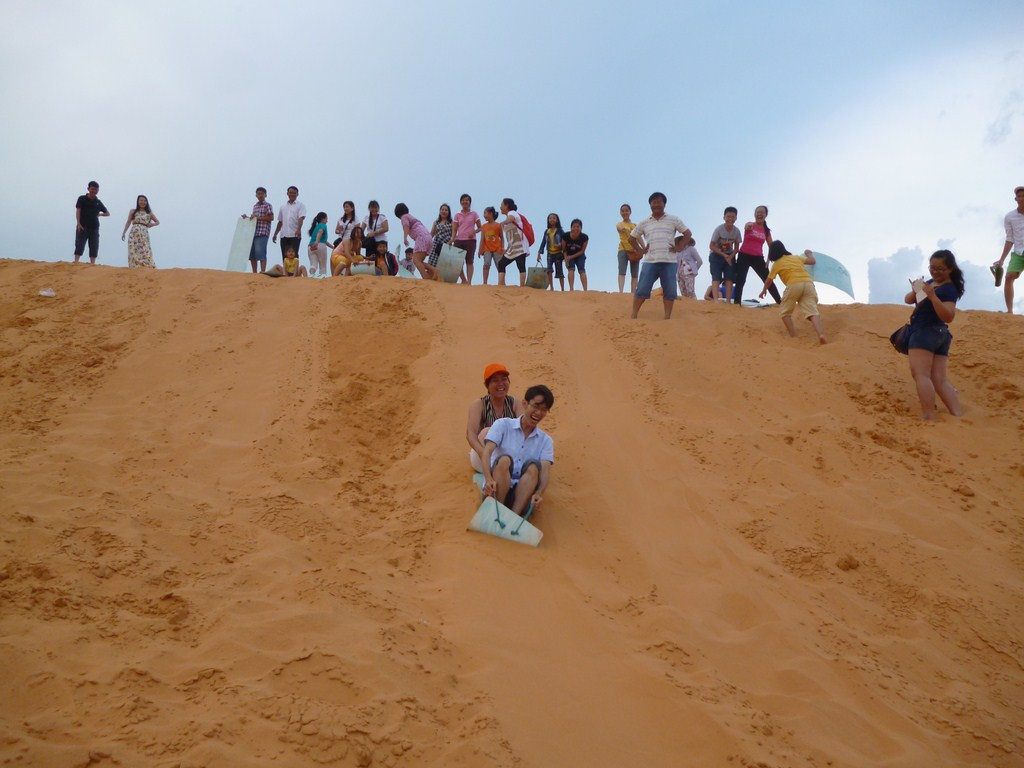 Sliding sand is a recreational activity of many tourists when arriving in Mui Ne Binh Thuan - Ảnh: Internet