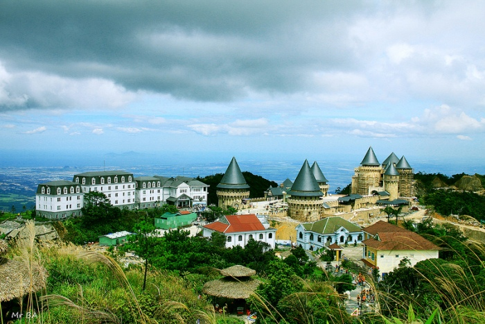 "Ba Na Hills, the most famous attraction of Da Nang City, is considered as a ""climate pearl"" because of its year-round cool climate - Photo: Internet"