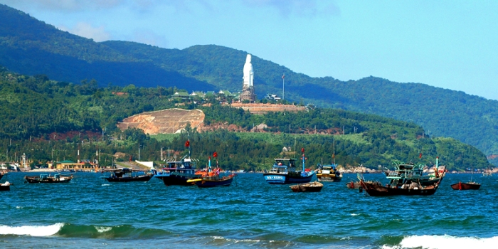 You shoul not only enjoy the beauty of nature but also contemplate the highest statue of Guanyin (67 m of height) of Vietnam at Son Tra Peninsula, Danang City - Photo: Internet