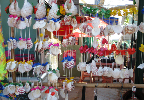 Visiting Vietnam, you should not foget to buy Souvenir made of clam shell, snail shell - Photo:
