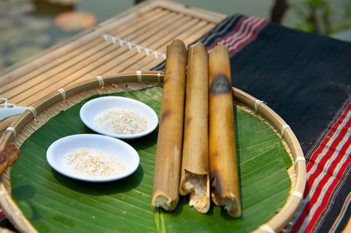 Bamboo-tube rice with a good smell of pandanus amaryllifolius eaten with sesame salt (including peanut, sesame, salt) - Photo: Internet