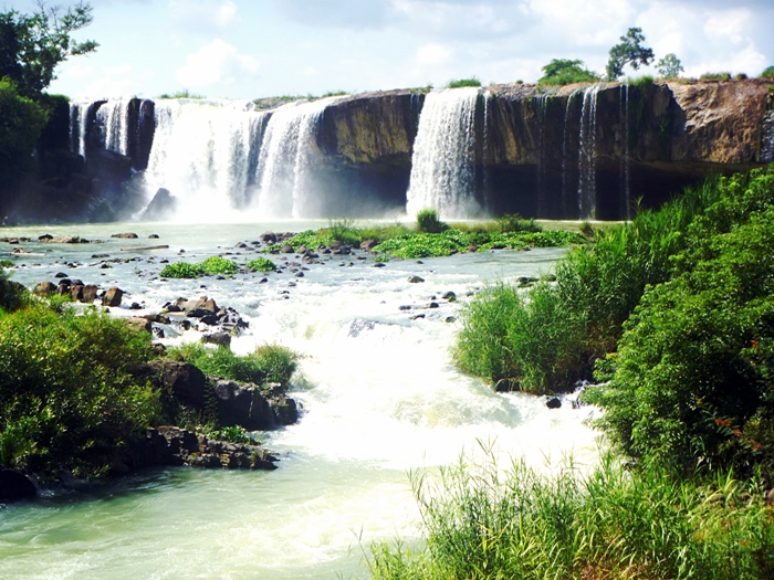 Draysap Waterfall (Krong K'No District, Dak Nong province pouring down from the top to valley becomes breath-taking pillars of water particles - Ảnh: Internet