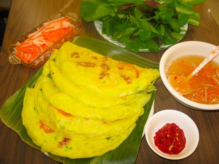 Banh Xeo in the North of Vietnam is about a plate's size - Photo: Internet