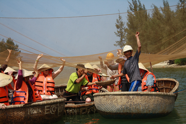 Learning how to cast a fishing net absolutely is one of the most interesting things to lots of tourists - Photo: Hoi An Eco Tour