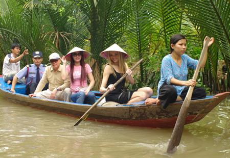 Rowing along narrow canals beneath hick homes in the Western of Vietnam would help you understand more about the Vietnamese's lives in the delta regions - Photo: Internet