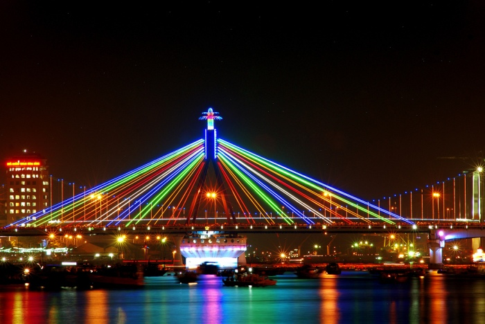 Han River Bridge is always the first choice for tourist to stand at the river bank and wait for the bridge's swinging moment - Photo: Internet