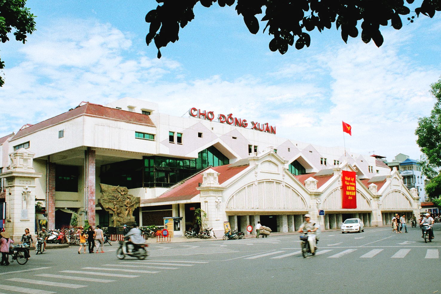 Dong Xuan Market - Hanoi - Capital of Vietnam - being constructed in the end of the 19th century - is a place attracting a lot of visitors to go sightseeing - Photo: Internet