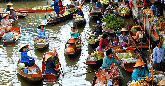 The scene of crowded rafts and boats at Cai Be Floating Market, Tien Giang Province, Mekong Delta (Western Region of Vietnam) - Photo: Internet