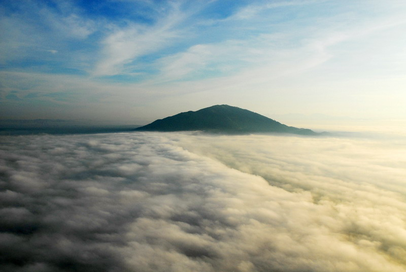 The photo of Mount Chua Chan, Dong Nai Province, South of Vietnam, lurking among clouds - Photo: Internet