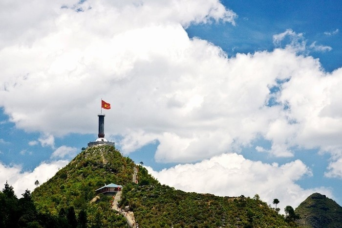 Vietnam national flag is fluttering on top of the Northernmost point of Vietnam mainland (Dong Van District, Ha Giang Province) - Photo: Internet