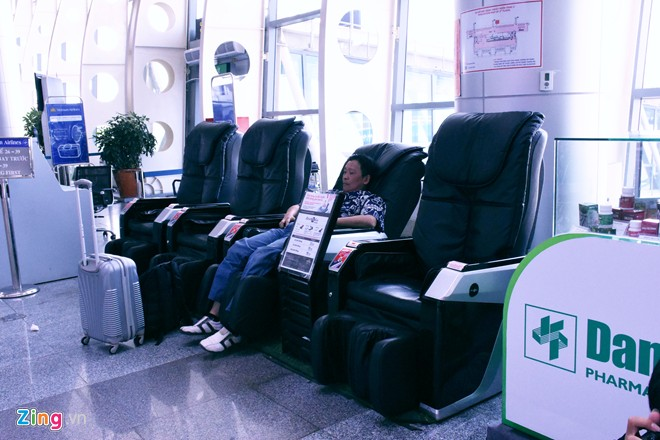 There are electric massage chairs, allowing passengers to relax before boarding