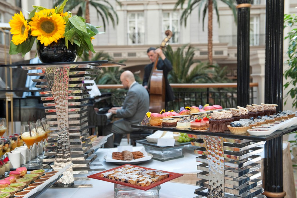 An outdoor breakfast with music - Photo: Landmarklondon