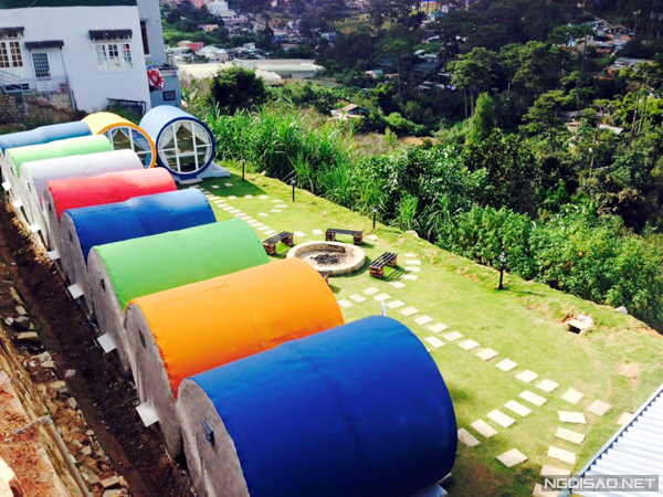 The painted tubes with appealing colors are also one of its attractions. At the evening hostel guest can gather, have a barbecue and celebrate coffee party and have a talk right before the terrain area - Photo: Nam Giang