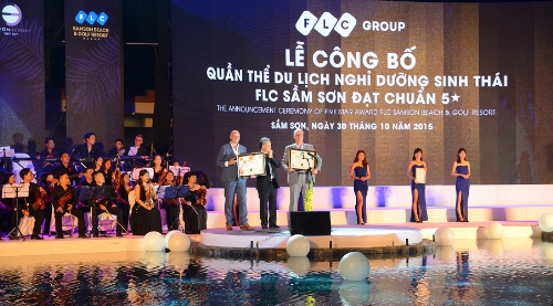 Chairman of the Vietnam Nam Record Organization awards the certificate for this  International Five-Stars Standard Resort