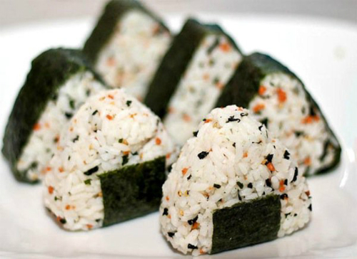 Famous rice ball wrapped in a layer of seaweed. Photo: ippinka