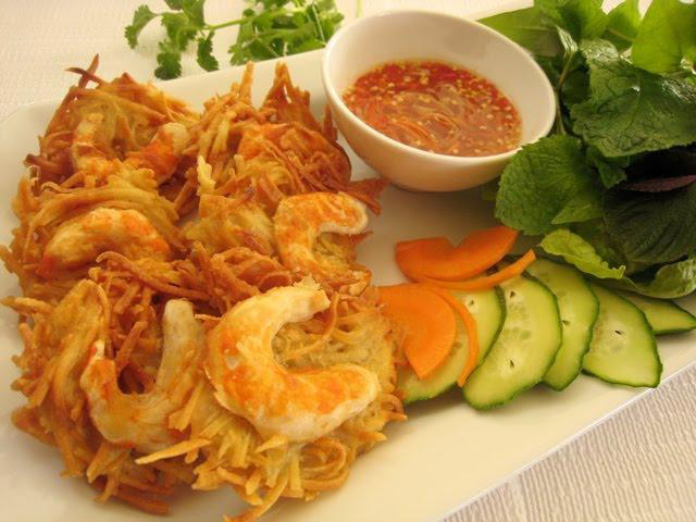 West Lake shrimp cake must be mentioned when it comes to the specialties of Hanoi