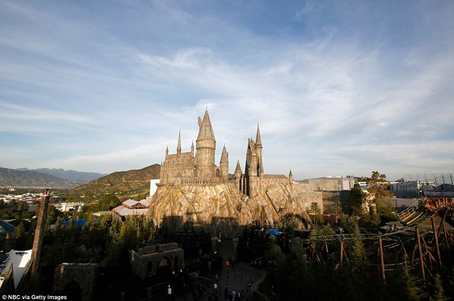 You can see the Hogwarts castle and the wizarding world with the Californian hills in the background