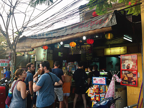 Madam Phuong bread attracts a numerous amount of foreign guests - Photo: hoian24h
